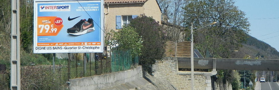 Panneau d'affichage 4x3 à l'entrée de la ville de Digne
