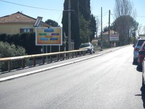 Panneau trivision à l'entrée de Manosque, route de Volx
